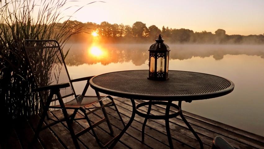 Steg im Sonnenaufgang