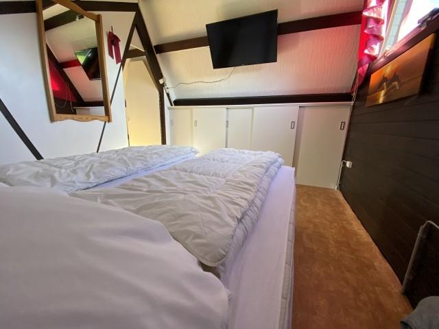 Schlafzimmer oben mit fernsehen