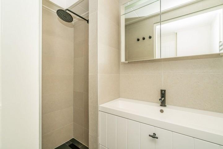 Neues Badezimmer mit Regendusche und Waschbecken