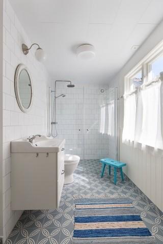 Haupthaus: frisch renoviertes Badezimmer im Erdgeschoss