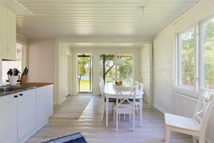 Haupthaus: frisch Küche mit Esstisch für 10 Personen und Seeblick