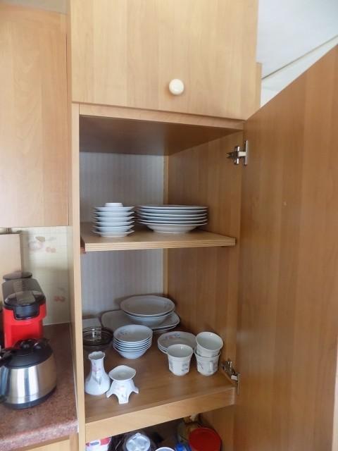 genügend Porzellan/Töpfe/Küchenutensilien für die ganze Familie