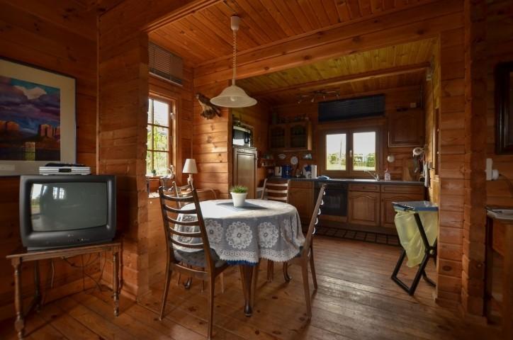 Essplatz mit Küches, blaues Blockhaus