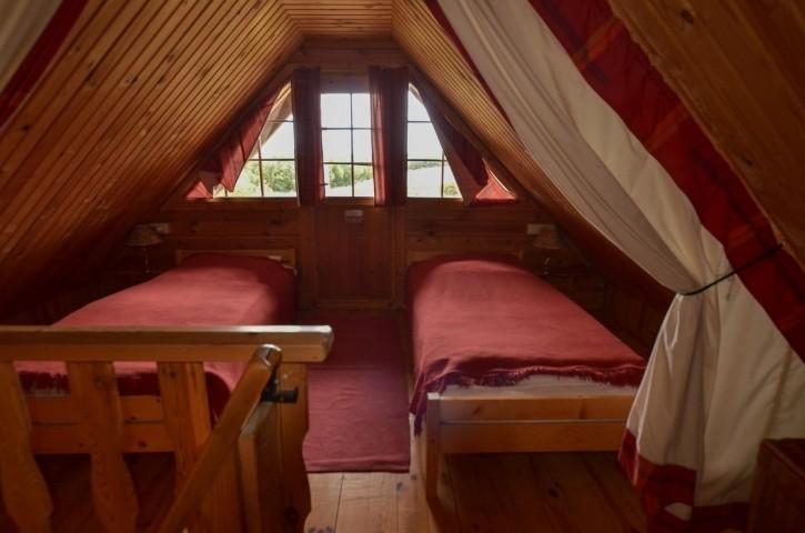 Schlafraum 1, rotes Blockhaus