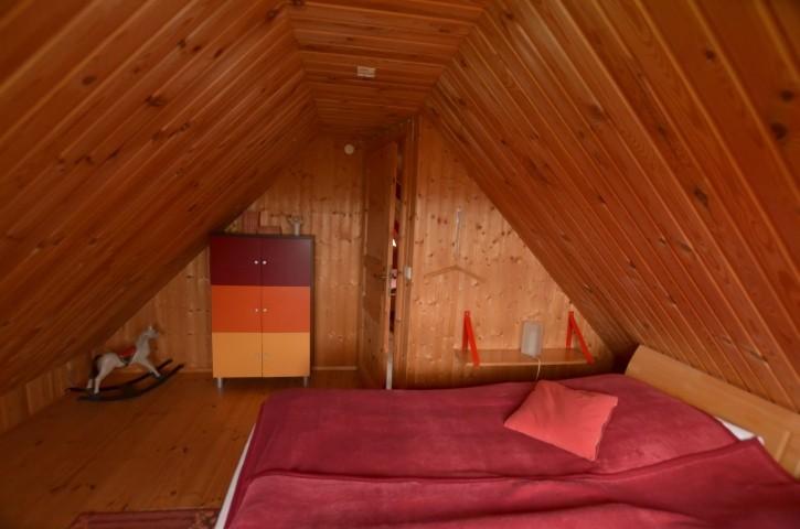 Schlafraum 2, rotes Blockhaus