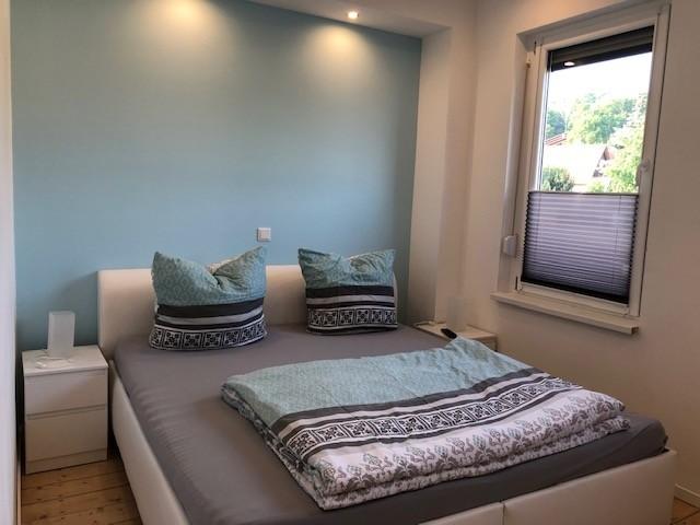 Schlafzimmer im Erdgeschoss mit TV