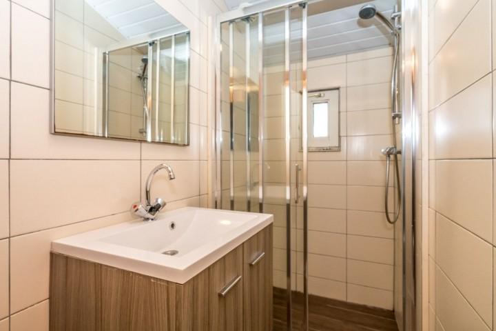 Das moderne Badezimmer mit Dusche und Waschbecken