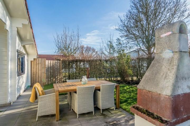 Die sonnige Terrasse mit Gartengruppe, Grill und Außenkamin