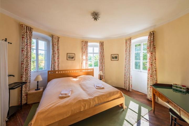 Das Schlafzimmer mit dem wunderbar gemütlichen und großen Doppelbett (2x2 m)