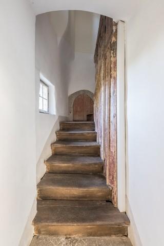 Die stele Treppe am Eingang der Wohnung
