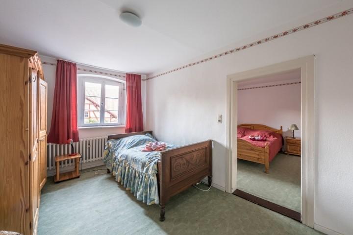 Durchgangszimmer mit Einzelbett