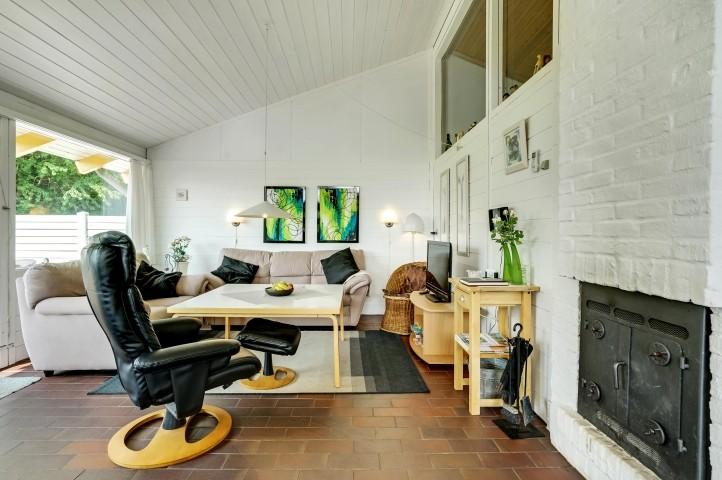 Wohnzimmer mit Flachbild-TV, Holzofen und Wärmepumpe
