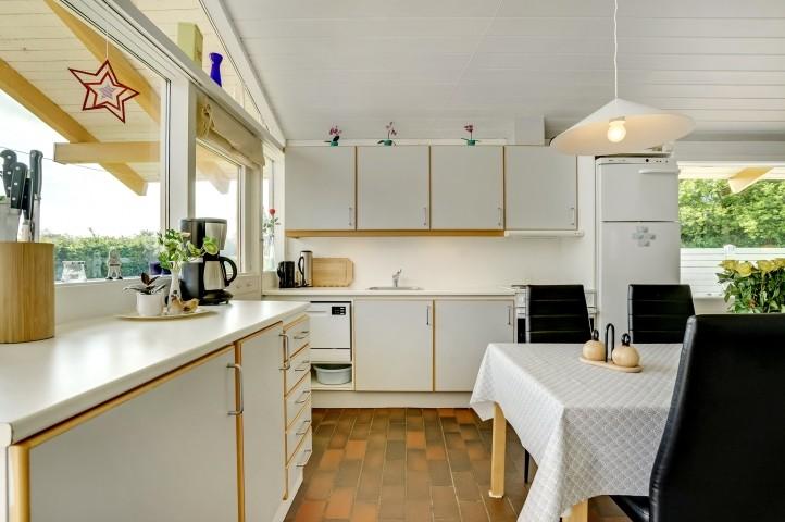 Kühlschrank mit Gefrierfach. Herd, Mikrowelle, Kaffeemaschine, Kochtopf, Toaster