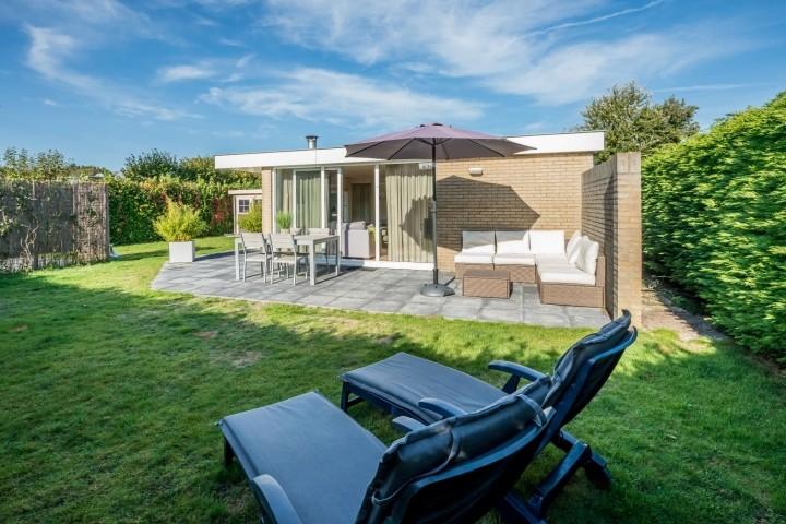 Großer, eingezäunter Garten mit Lounge-Ecke