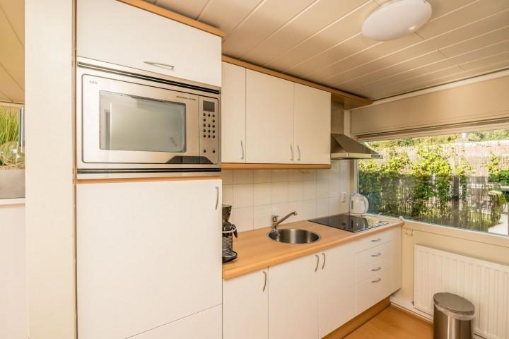 Die offene Küche mit Spülmaschine