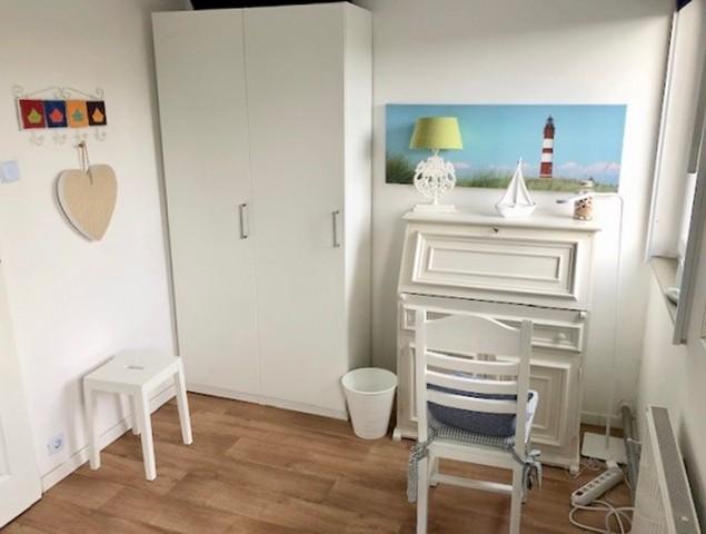 Kleiderschrank und Sekretär Schlafzimmer 1