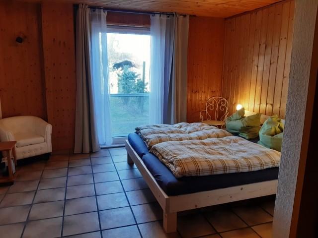 großes Schlafzimmer mit Duschbad