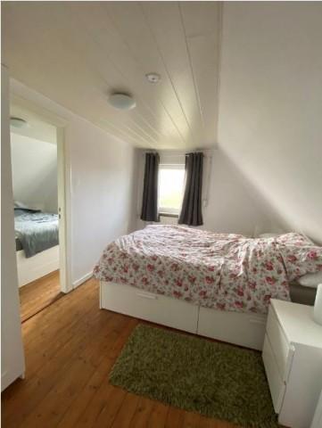 Das Schlafzimmer 1 ist Durchgangszimmer zu Schlafzimmer 2 und hat ein 1,40m breites Doppelbett