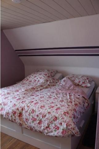 """Das """"Lila""""-Zimmer verfügt über ein 1,80m breites Doppelbett"""
