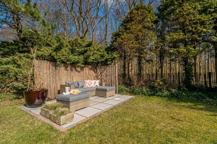 Die sonnige Terrasse mit Lounge-Ecke