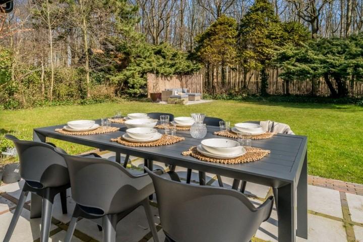 Die sonnige Terrasse mit Gartengruppe