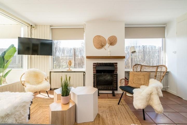 Sitzecke mit Sofa und gemütlichem Kamin