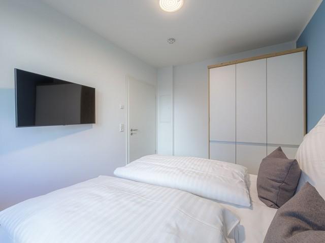 Modernes Schlafzimmer mit TV