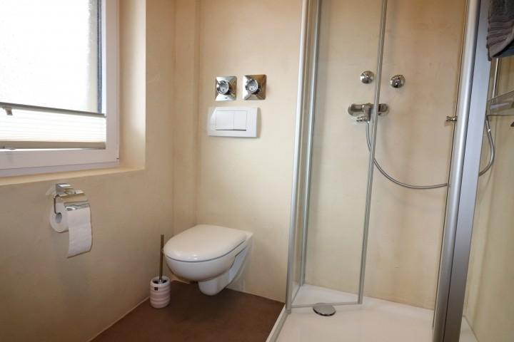 neu renoviertes Badezimmer mit Dusche