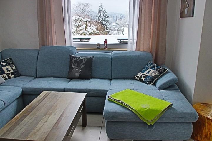 Wohnzimmer mit Blick über den Ort
