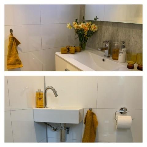 2 Badezimmern mit Duschen und eine  seperate Gästetoilette