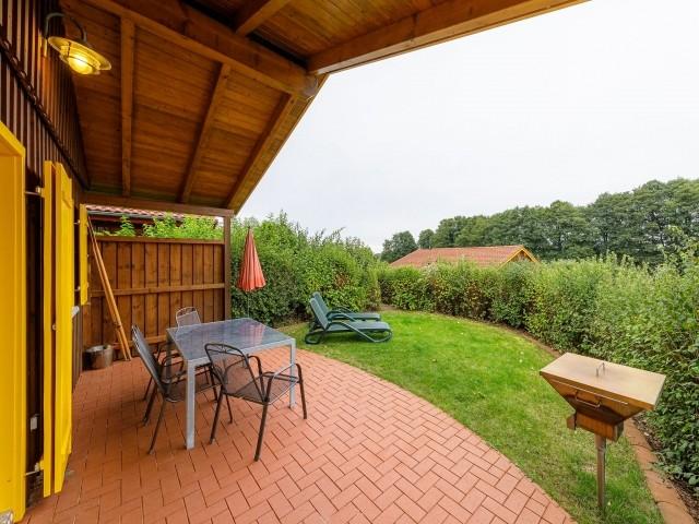 Terrasse mit Grill und Gartenmöbel