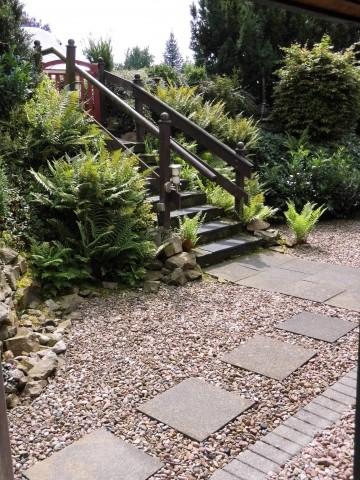Zugang zum Haus erfolgt über eine Treppe mit beidseitigem Geländer