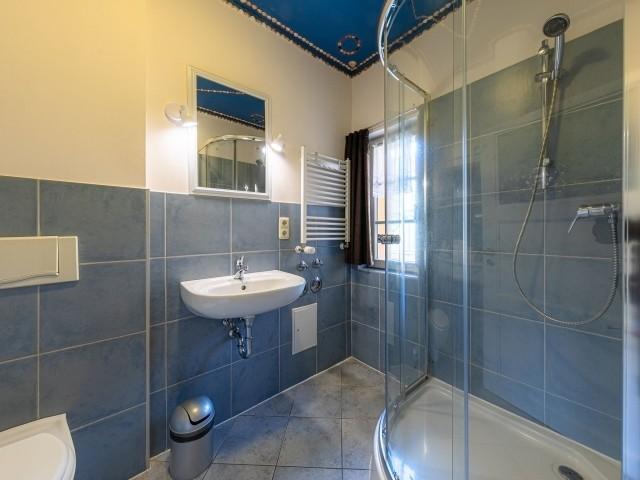 Bad mit geräumiger Dusche