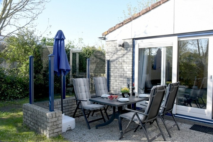 Großzügige Terrasse mit Glaswindschutz