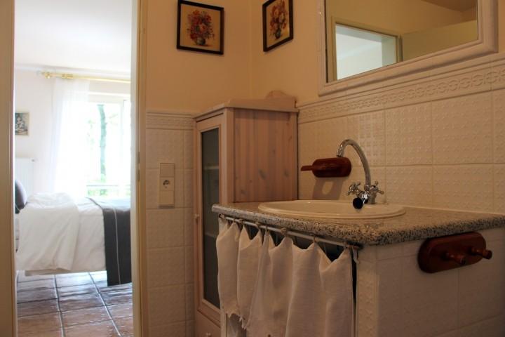 Bad mit Badewanne neben dem romantischen Schlafzimmer