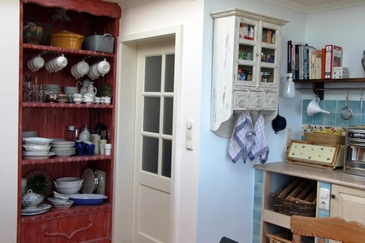 Küche und der Eingang zum Garderobenzimmer