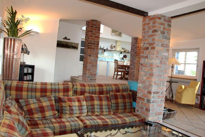 Wohnzimmer - Blick vom Kamin zur Küche
