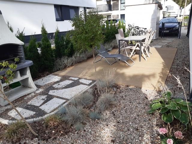 Garten mit Grill und Terrasse