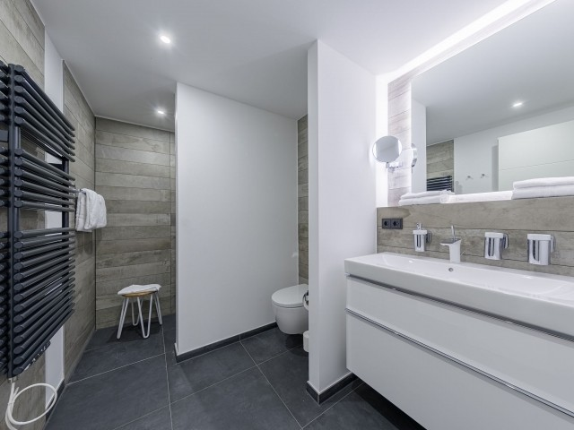 Modernes großes Badezimmer