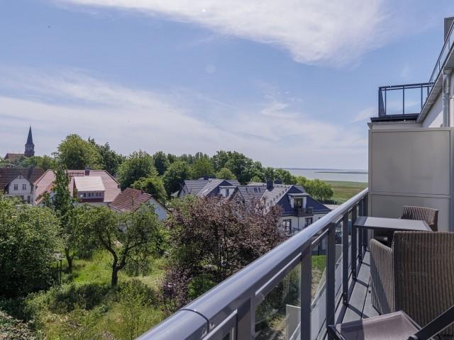 Sonniger großer Balkon mit herricher Aussicht