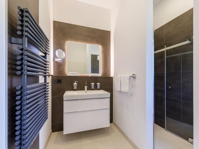 Badezimmer mit großer ebenerdiger Dusche