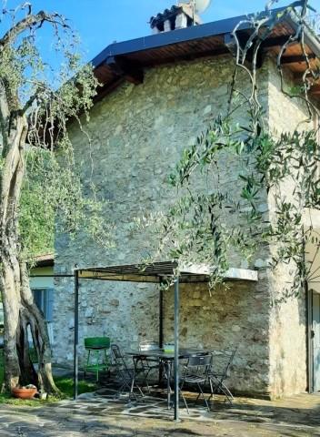Patio mit Gartenmöbeln und Grill