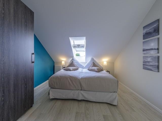 Gemütliches Schlafzimer mit Boxspringbett