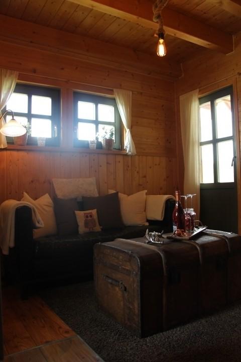 Wohnzimmer mit Balkon und Terrassenzugang