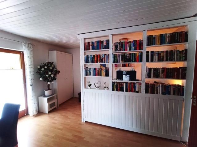 Wohnzimmer und Bücherwand