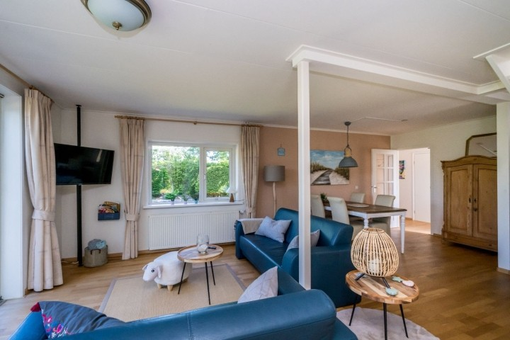 Das helle und geräumige Wohnzimmer