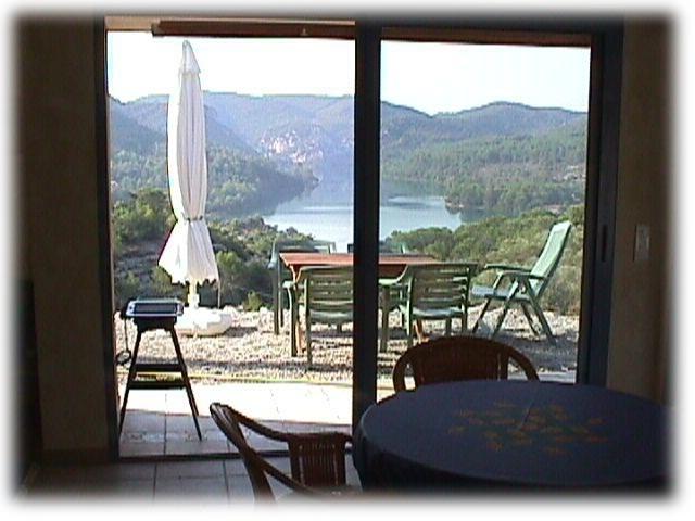 Blick vom Wohnraum auf den See