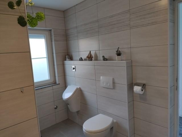 Badezimmer 1, WC und Pisoir