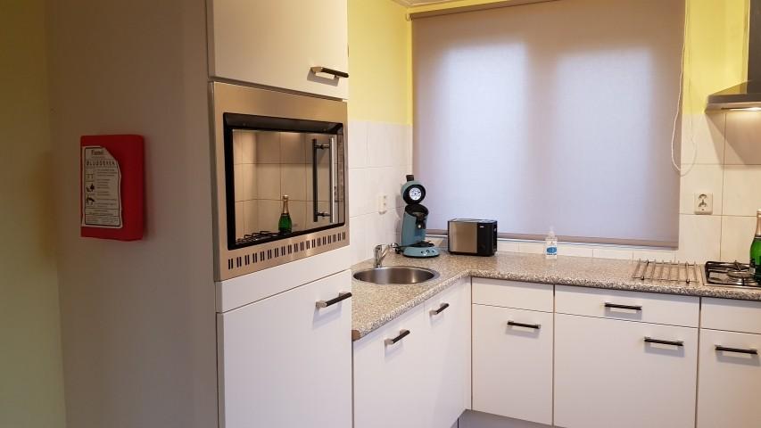 Küche mit Gasherd, Backofen und Spülmaschine