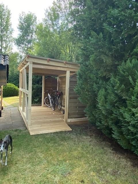 Fahrradstellplatz neben dem Haus